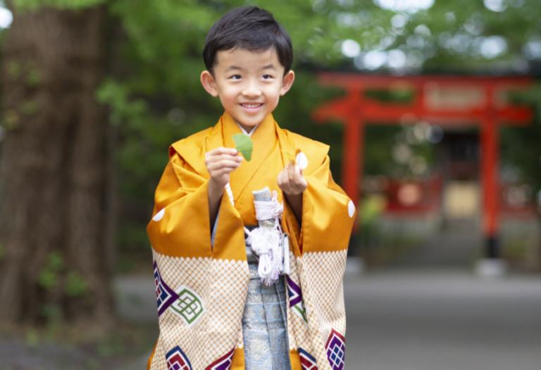 七五三:神社太鼓橋の上で