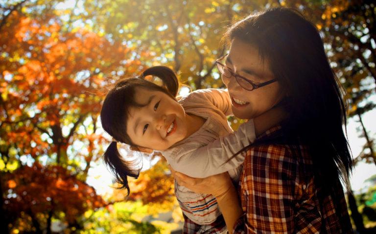 お母さんと赤ちゃん:紅葉の中で