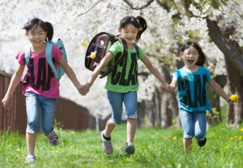 桜の樹の下で。手をつないだ三人姉妹が走ります!