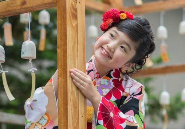 二分の一成人式:亀田八幡宮境内での浴衣姿:風鈴とともに