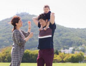 函館旅行を機会に、函館の緑の島でロケーションフォト。三人の親子の笑顔が映える一枚