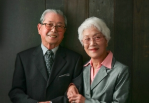 夫婦ともシルバーグレーの素敵なカップル写真です。