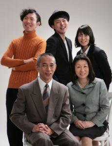 大人になった子ども3人に囲まれてうつる笑顔の夫妻。家族写真の醍醐味です。