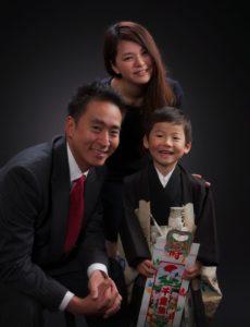 七五三記念。三人家族の笑顔の写真。