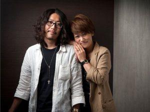 富士フィルム営業写真コンテスト入賞作。若いカップルのスタジオ写真。女性が男性の方に両手を載せている姿が微笑ましいです。