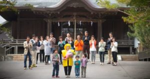 神社本殿前、親族が集まって米寿祝