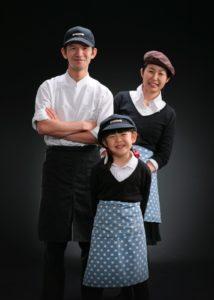 ケーキ屋さんの親子写真、パティシェのパパと店頭に立つママに合わせてお子様も。三人でパチリ。