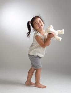 富士営業写真コンテスト入賞作:クマのぬいぐるみをもった女の子のスタジオ写真