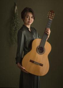 2019年富士営業写真コンテスト入賞作。クラシック・ギターをもった女性ポートレート写真です。
