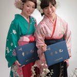 卒業証書をもった二人の袴姿の女性の記念フォト