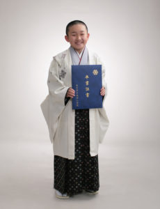 小学校卒業記念。袴姿の男の子