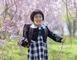 桜の下、笑顔いっぱい小学校入学写真