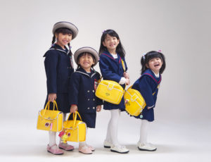 仲良し女の子組。入園写真。みんなおそろい黄色のバッグを持ってます。