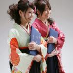 卒業写真。女性二人。袴姿