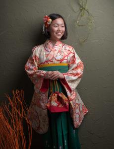 卒業記念写真。袴姿。素直な笑顔が素敵です。
