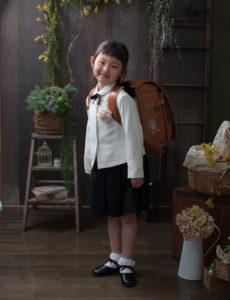 ランドセルを背負って入学写真。スタジオ撮影