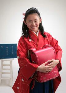 ランドセルを抱えた卒業写真。(袴姿が似合います)