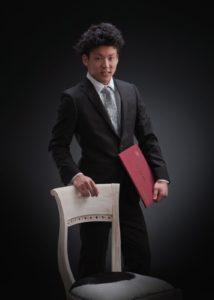 卒業ポートレート写真。男性スーツ姿です。