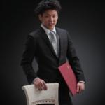 卒業写真。男性スーツ姿です。