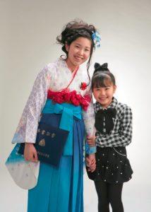 姉妹の卒業記念写真。小学生と幼稚園