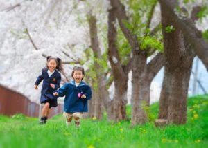 入園・入学::桜の樹の下で。元気よく走る姉妹2人