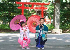 七五三写真:兄妹二人:函館亀田八幡宮神社鳥居前