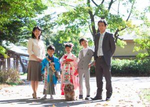 七五三記念撮影。神社境内での五人家族写真。