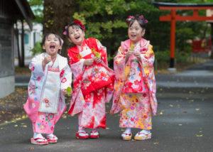 七五三記念撮影。三人姉妹。神社境内にて。