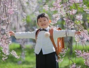 桜の中で、入学記念フォト。
