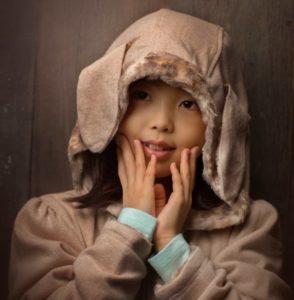 フードコートをかぶる少女