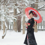 成人式。亀田八幡宮境内の雪の日。。濃い衣装と紅の唐傘が映えます