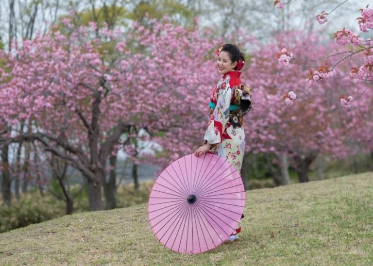 成人記念写真:桜の樹の下で。前撮り:あさかぜ写真館撮影