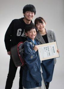 小学校入学記念写真。三人兄弟