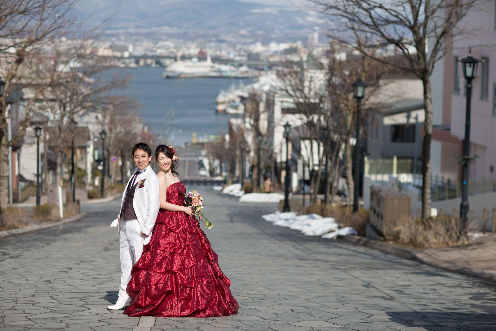 函館八幡坂。雪解けの頃。洋装の二人