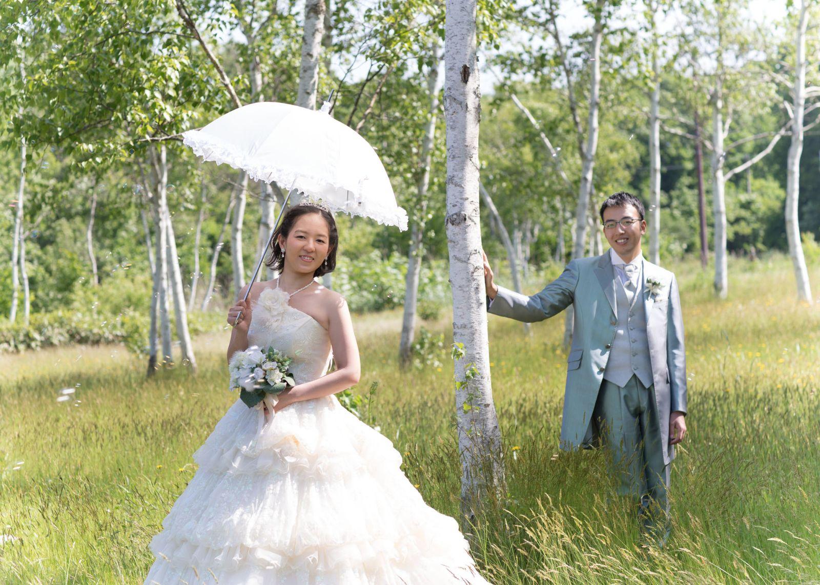 大沼公園。木々の中で。洋装結婚写真