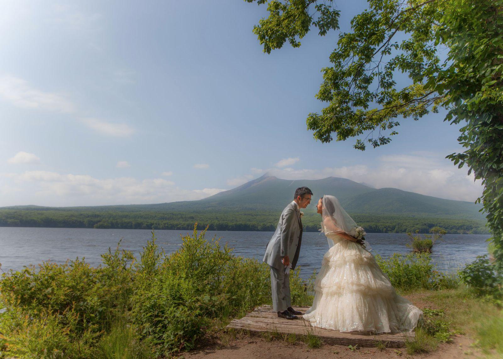 大沼公園。駒ケ岳を背景に。洋装結婚写真