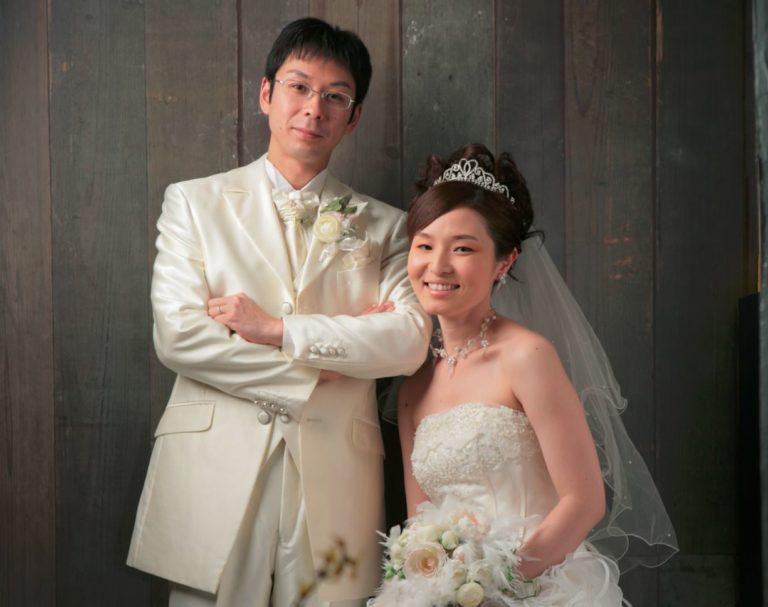 函館あさかぜ写真館のウエディングフォトプラン:洋装ペアのスタジオ写真です。